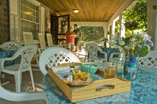 Inn at Tanglewood Hall: Breakfast on the porch (optional)