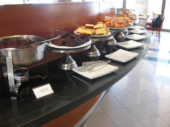 Inbal Jerusalem Hotel: Breakfast buffet - cakes and pastries