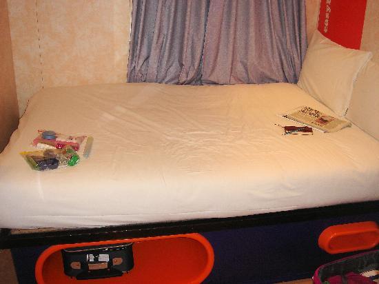 easyHotel London Earls Court: Easy Hotel Earls Court bed, London, UK
