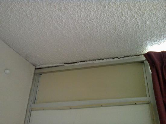 Days Inn Rantoul: cracks above door