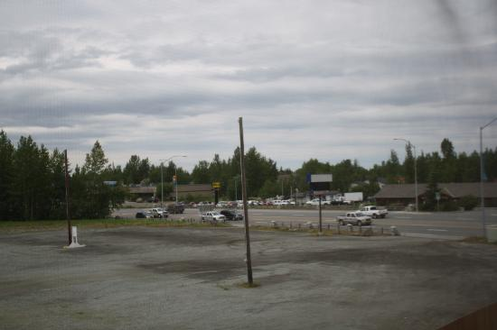 Microtel Inn & Suites by Wyndham Eagle River/Anchorage Area: Back Parking Lot