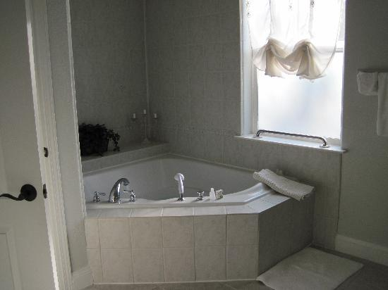 Yosemite Rose Bed & Breakfast: Whirlpool tub in the Katherine room great after a day of hiking