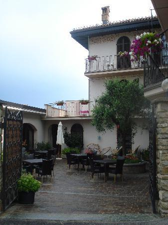 Castiglione Falletto, Italy: view of the courtyard