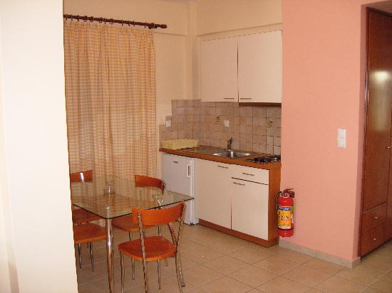 Niriides Hotel Apartments : Kitchen area