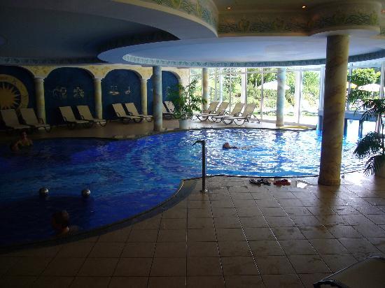 Hotel Schwarzenstein: piscina interna ed esterna
