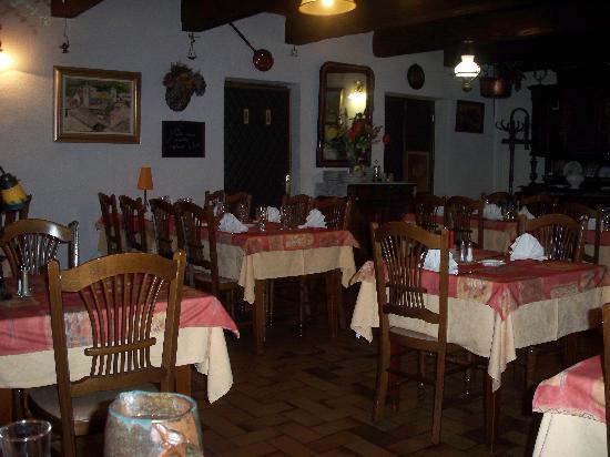Logis La Neyrette : Dans la salle du restaurant