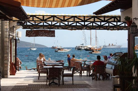 Aegean Gate Hotel: Enjoyed a lazy lunch by the sea!