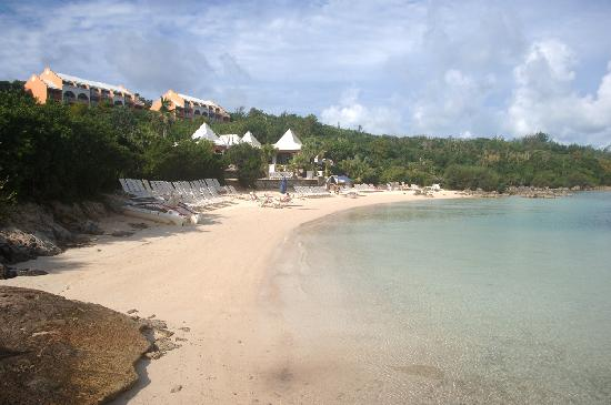 Grotto Bay Beach Resort & Spa: La plage du Grotto
