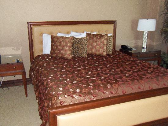 Silver Reef Hotel Casino Spa: Massive king size bed in suite