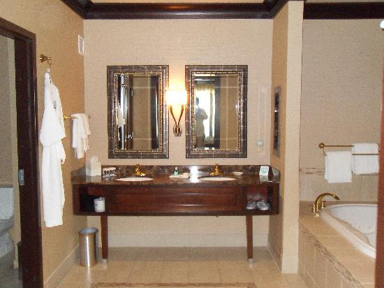 Silver Reef Hotel Casino and Spa: Love a huge well equiped bathroom!