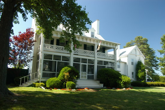 Wades Point Inn on the Bay: Main House 1812, built by Thomas Kemp, shipbuilder of the 'Pride of Baltimore'
