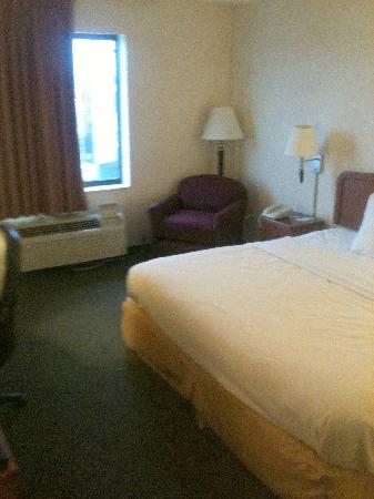 Sleep Inn & Suites Harrisonburg: Room from sitting area