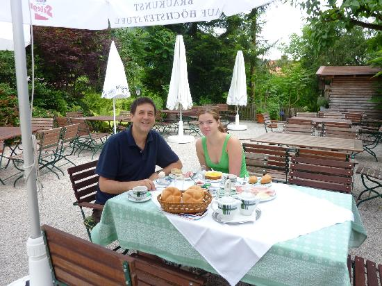 Gasthof Fürstenbrunn: breakfast outside