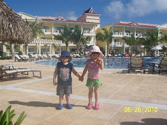Luxury Bahia Principe Esmeralda: kids in front of pool