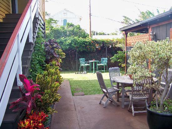 Paia Inn: The outdoor area