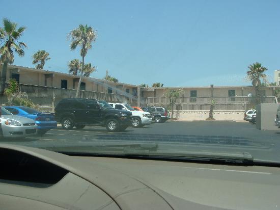 Isla Grand Beach Resort : OMG are we at Motel 6???