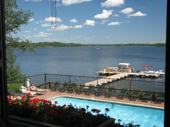 Ruttger's Bay Lake Lodge: Outdoor pool and lake from the deck