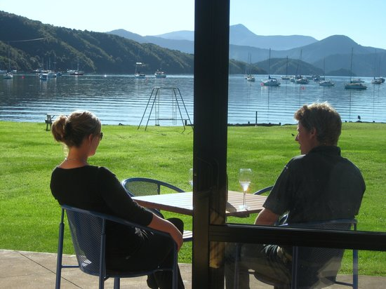 Bay Vista Waterfront Motel: Enjoy a wine in the sun