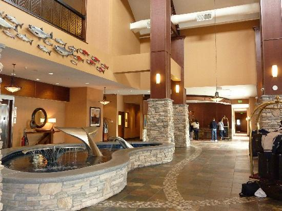 Embassy Suites by Hilton Anchorage: Bar/reception area