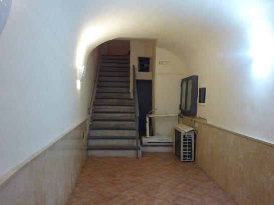 Albergo del Centro Storico: Hallway to building