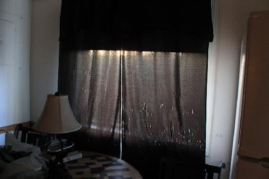 7 Gables Inn & Suites: curtains with holes in addition to the cigartte smoke smell