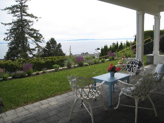 Four Winds Hill B&B: veranda table