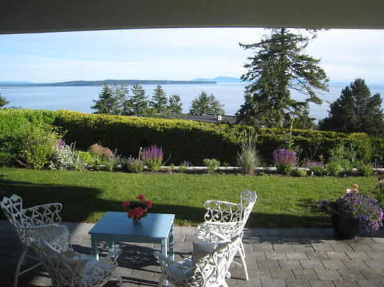 Four Winds Hill B&B: Looking southwest at Semiahmoo in Washington