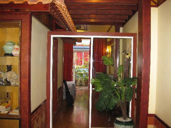 Bi & Bee Saigon Hotel & Restaurant: Looking from sitting room into bedroom