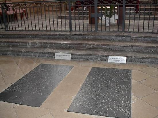 St. Sindulphe : grave of Dom Perignon and a confrator
