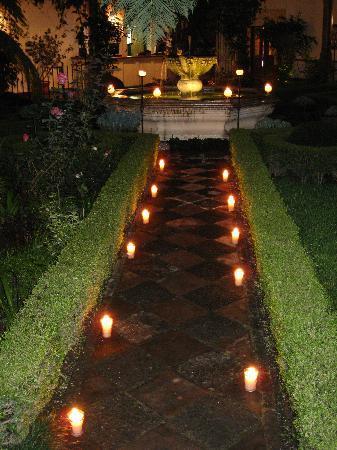 Palacio de Dona Leonor: candlelight courtyard