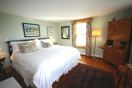 Highland Lake Inn Bed and Breakfast: The George, King size bed room