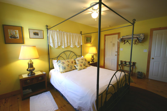 ‪‪Highland Lake Inn Bed and Breakfast‬: The Kensington, Queen size bed room‬