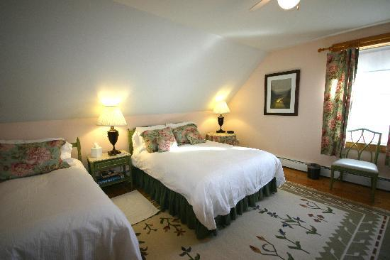‪‪Highland Lake Inn Bed and Breakfast‬: The Exeter, Family Bed Room, Queen size and twin bed‬