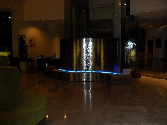 Sensimar Side Resort and Spa: Water feature in reception