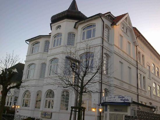 Ostseebad Binz, Deutschland: Hotel von der Strandpromenade am Abend
