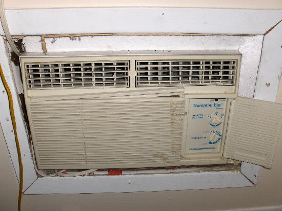 B & B In Port Dalhousie: Only air conditioner in upper bedroom