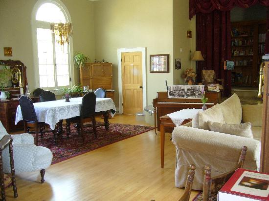 Green Door Bed and Breakfast: Dining/Lounge area