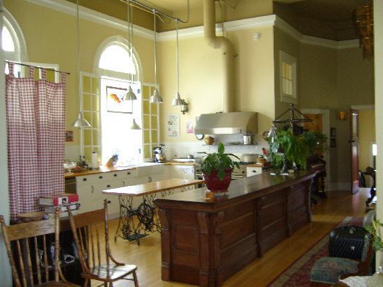 Green Door Bed and Breakfast: Kitchen area