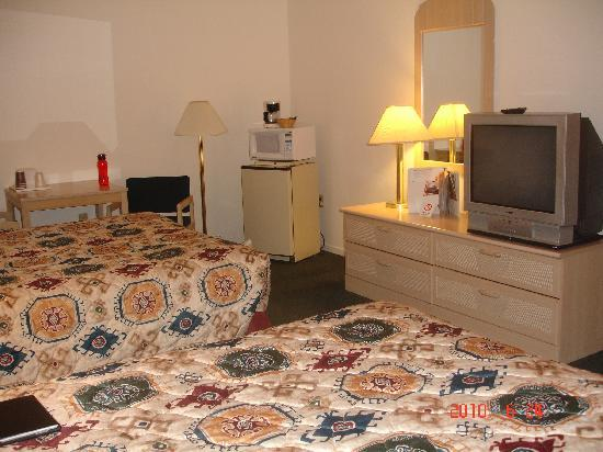Econo Lodge Inn & Suites: another angle of bedroom