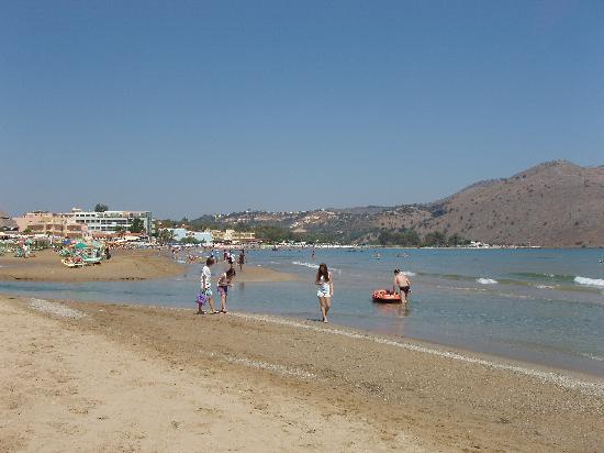 Georgioupolis, กรีซ: Beach and seafront at Georgioupoli