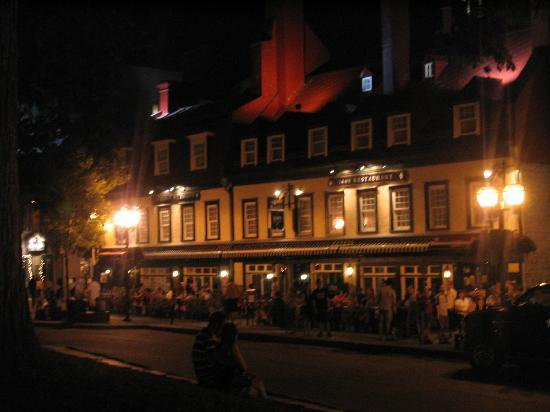 Auberge Place D'Armes: Summer night at Place d'Armes