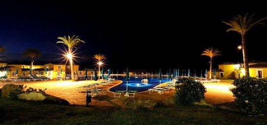 Villaggio Baia dei Pini: notturno piscina