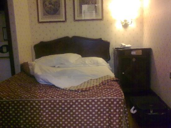 Hotel Imperiale: La stanza (sporca e rumorosa)