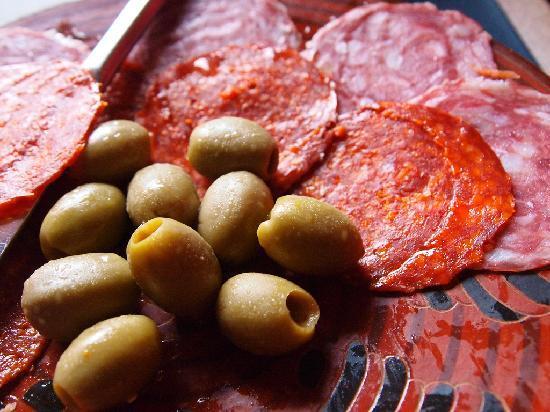 Cafe de Conchis: Aceitunas, jamon, y salami