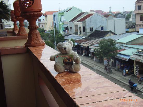 Nhi Trung Hotel: ホテルのベランダで