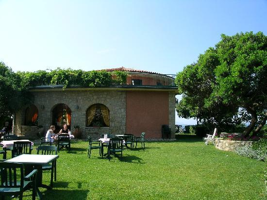 Hotel Capo d'Uomo: Tables for breakfast.