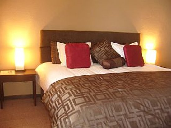 Poas Lodge and Restaurant: Deluxe room king size bed