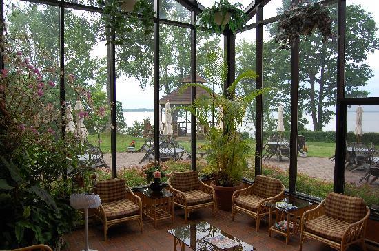 Auberge du Lac Saint-Pierre : The sunroom