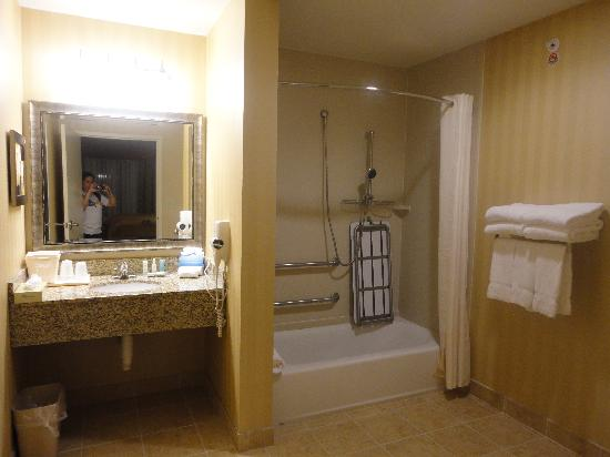 Comfort Suites Medical Center near Six Flags: bathroom