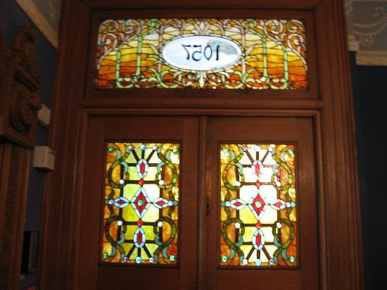 Chateau Tivoli Bed & Breakfast: Stained Glass Entry